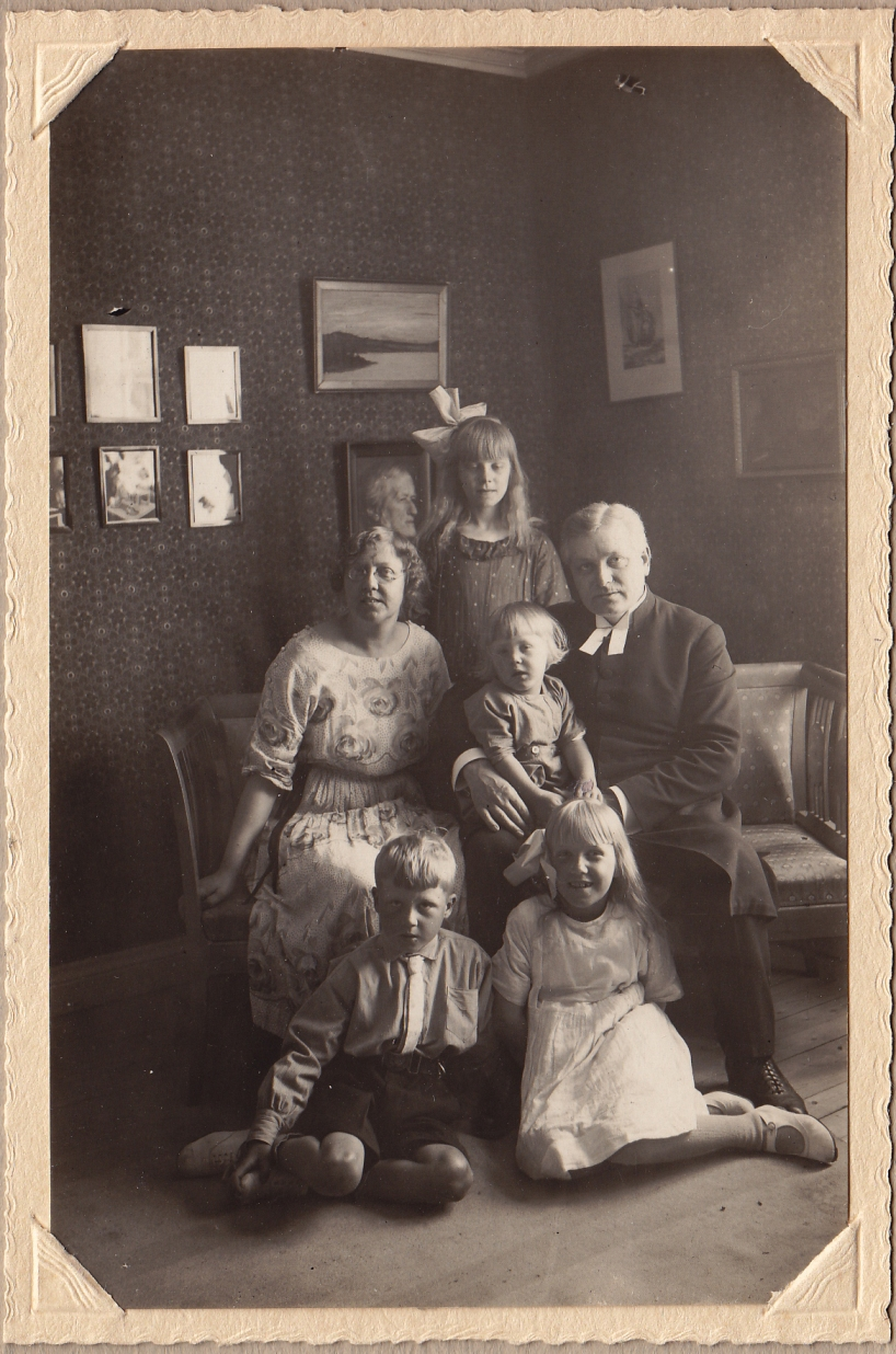 Text på baksidan: Jenny och David Wahlberg med familj. Bibbi. Ingemar. Ingrid. Svante.
