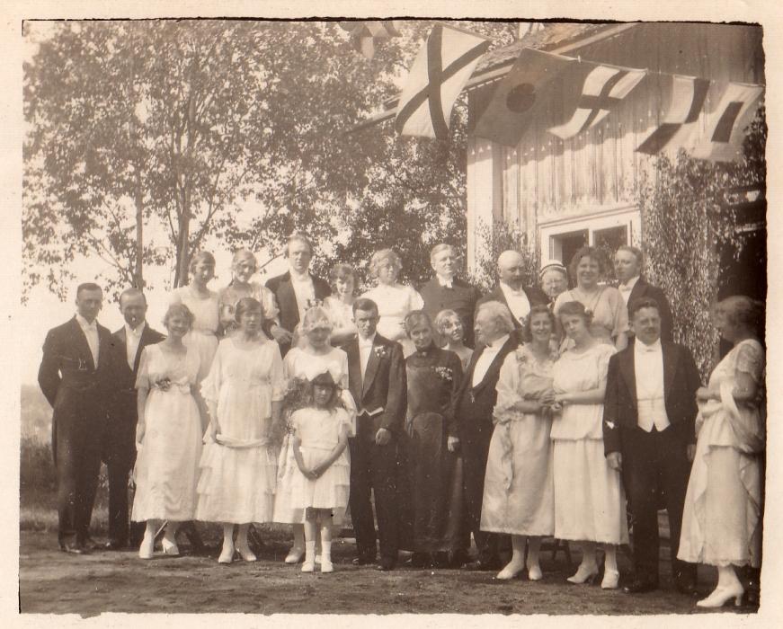 """""""Margit och Axels bröllop 1920"""". Flickan i förgrunden är mormor."""