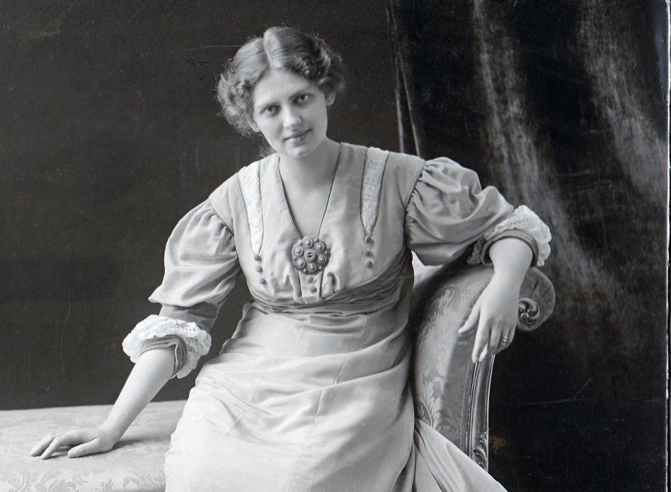 """""""Julafton 1907. Moster Lisa gift med morbror Anton (bror till mormor Gertrud). Moster L. var Sveriges första skönhetsdrottning."""" (Okej, så detta är alltså min mormors moster.)"""